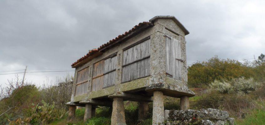 Conxunto de hórreos da Igrexa en Zarracós