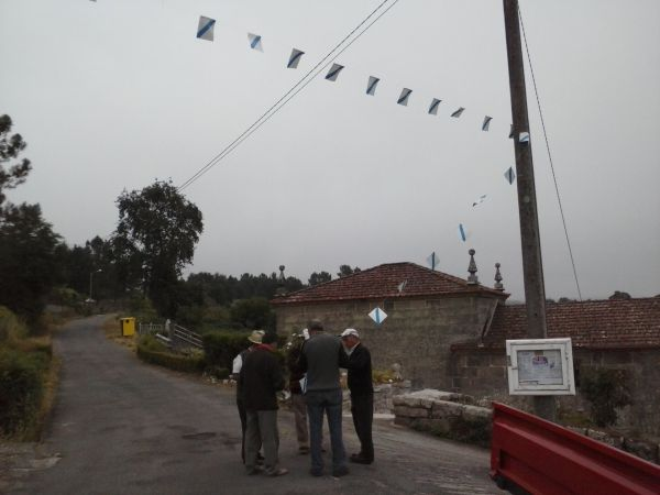 Colocación das bandeiriñas para engalanar as rúas da parroquia con motivo da festa das Neves 2015