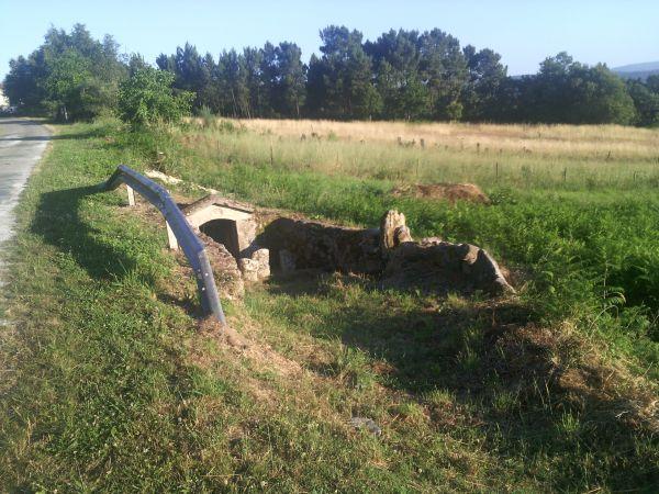 O Concello de A Merca coloca un quitamedos na fonte da igrexa de Zarracós