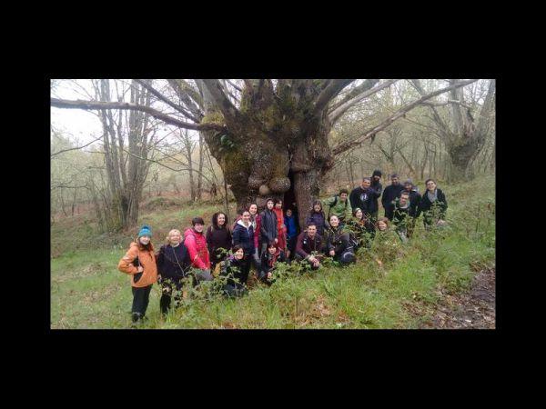 A asociación Sustinea festexa o Día Mundial da Terra percorrendo o roteiro de A Broa con mozos e mozas da zona